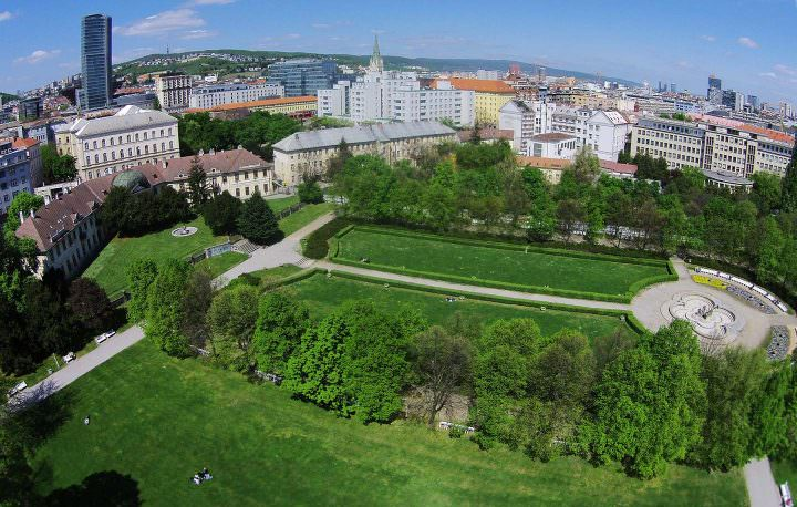 Luftaufnahme der Medizinische Fakultät der Comenius Universität in Bratislava und der wunderschöne Medical Garden.